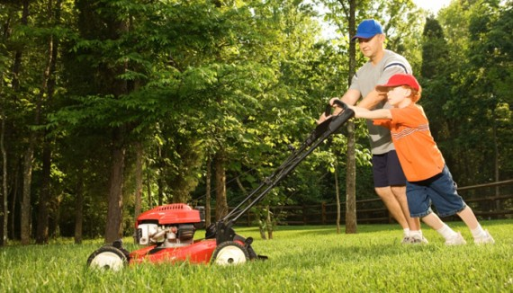 man with lawnmower using alkylatbensin